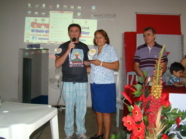 Fátima recebendo prêmio - Berg