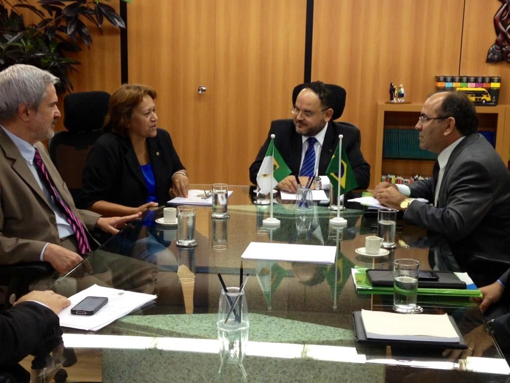 No MEC, Fátima  com Henrique Paim - Sec. Exec. MEC, Prof.Paulo Speller - Sec. Ens. Superior MEC e o Reitor da Ufersa, prof. Arimatea