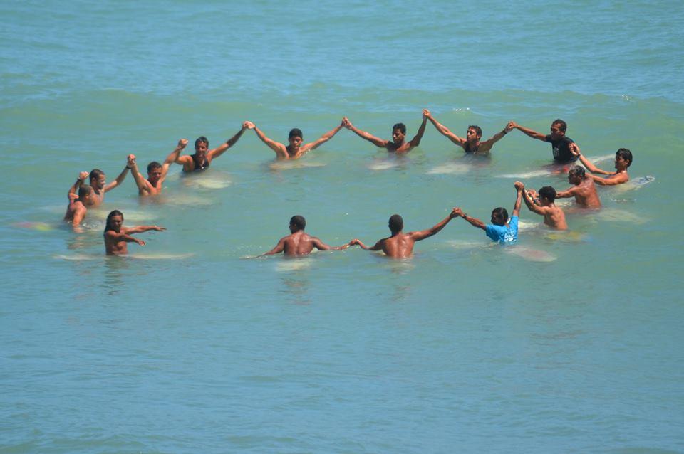 surfistas abraco